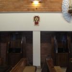 konfesjonały a nad nimi niezwykły krzyż